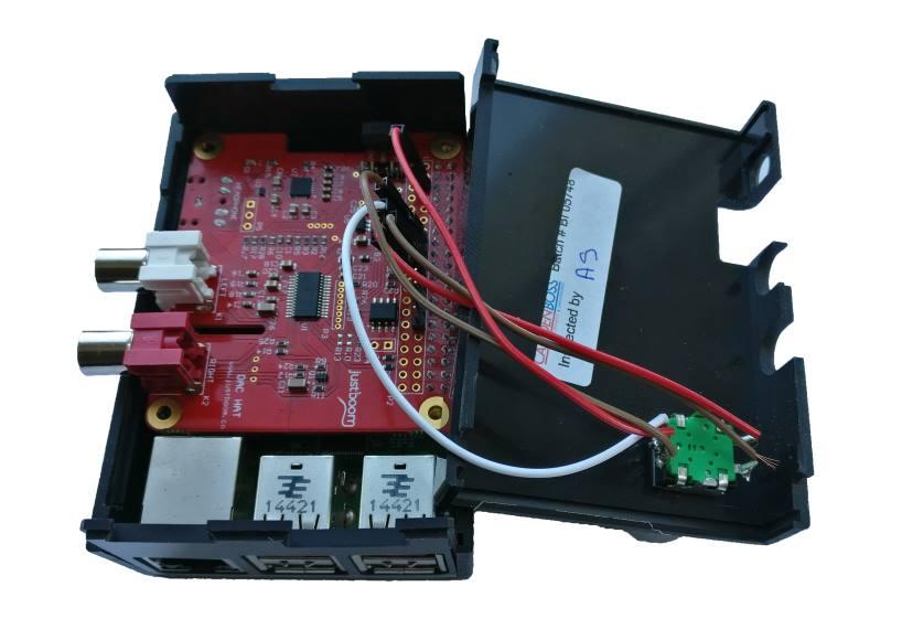 Modifiziertes JustBoom DAC HAT Case von innen mit Rotary Encoder und Button.