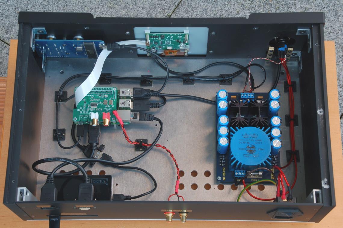 Weissbauer Community Projekt Ansicht von oben ins innere: Raspberry Pi 3, Netzteilvon Thel, USB Karte, 7 Zoll Raspberry Pi Display, Kabel und Navigationsmodul.